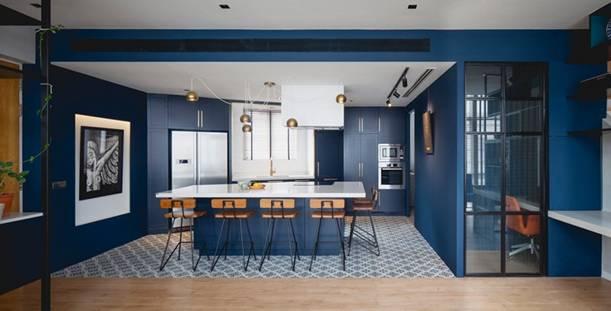 Căn hộ được thiết kế độc đáo với gam màu sơn nhà xanh dương