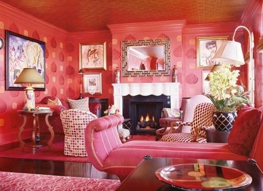 Màu hồng sẫm cho phòng khách rực rỡ chiếm chủ đạo cho căn phòng xa hoa lộng lẫy, sang trọng trong mẫu sơn nhà này.