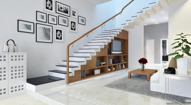 Không gian dưới cầu thang được tận dụng triệt để làm tủ kệ tạo ngăn nắp gọn gàng, sáng thoáng với sơn nhà màu trắng.