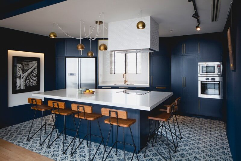Sơn nhà với phòng bếp gọn gàng, ấn tượng với sàn đá hoa văn, xanh dương.