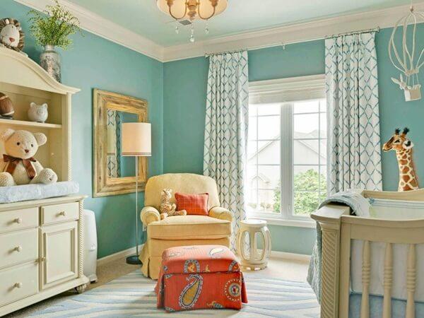 Sơn phòng ngủ đẹp với màu xanh trắng là lựa chọn không tồi cho phòng bé gái. Sàn nhà có những đường vằn màu xanh trắng, rèm cửa với những đường kẻ thanh mảnh tạo hình thoi sẽ giúp căn phòng trông sáng sủa và đáng yêu.