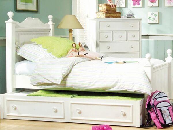 Sơn phòng ngủ đẹp cho bé với màu xanh lá cây kết hợp với màu hồng, tạo nên nét duyên dáng, nữ tính cho không gian bằng cách điểm xuyết màu hồng từ tranh ảnh, phụ kiện khác.