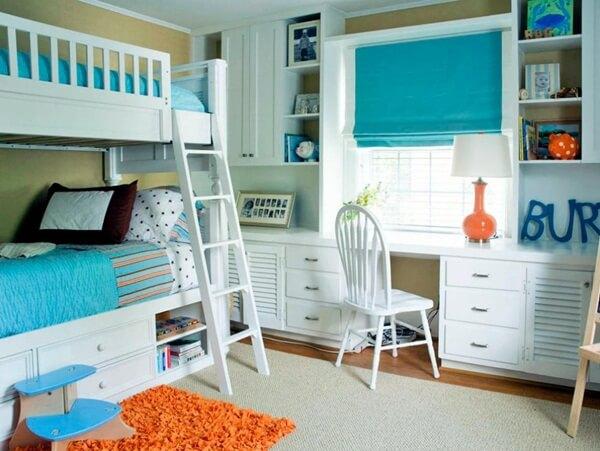 Phòng ngủ sơn màu xanh của tươi mới khi kết hợp với vật dụng nội thất màu cam nóng bỏng sẽ tạo nên không gian đầy màu sắc, không hề đơn điệu, cho phòng của trẻ.
