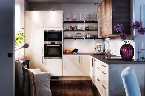 Không gian bếp nhỏ, tủ bếp chữ L hiện đại, đầy đủ chức năng, sau sửa chữa cải tạo căn hộ.