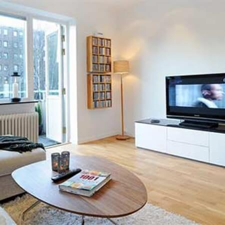 Phòng khách sửa chữa cải tạo, thiết kế đơn giản, tông màu trắng, tạo cảm giác rộng rãi hơn.