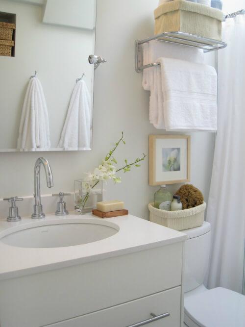 Sửa chữa cải tạo căn hộ với nhà tắm nhỏ, nhưng vẫn đầy đủ tiện nghi, với gam màu trắng sáng,