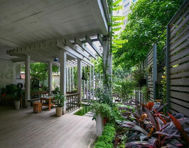 Những bức tường ngăn được phá bỏ để tạo cảm giác thoáng rộng, đưa thiên nhiên vào nhà. Nhờ đó, mọi người có sự kết nối với nhau, với khí trời, thiên nhiên, sau sửa chữa cải tạo nhà 3 tầng bỏ hoang.