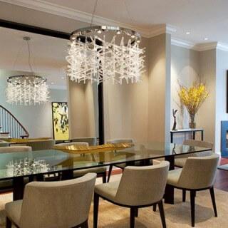 Mẫu thiết kế nội thất phòng ăn này sử dụng đèn pha lê cho ánh sáng chan hòa, ấm áp và sang trọng.