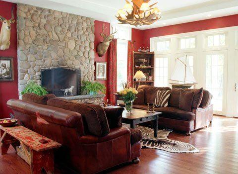 Phòng khách thiết kế nội thất với tông màu đậm xen lẫn sắc trắng trung tính, tạo vẻ sang trọng, hiện đại.
