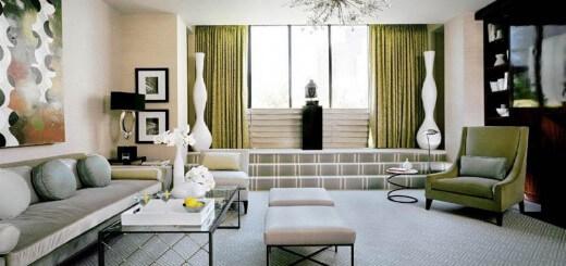 Phòng khách bộ ghế sofa gồm một ghế dài và những chiếc đôn nhỏ gọn nhẹ nhàng và hiện đại kết hợp tone trung tính sáng màu để tạo ra sự gắn kết không gian, sau cải cải sửa chữa căn hộ chung cư này.