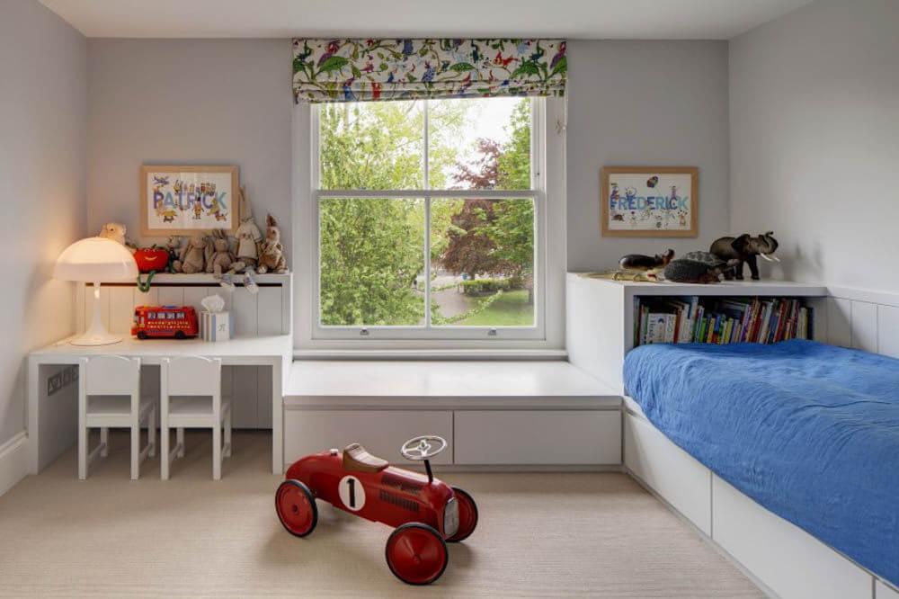 Nhà chung cư cải tạo sửa chữa với phòng ngủ cho con được thiết kế nhiều hệ tủ để lưu trữ đồ chơi và sách vở...