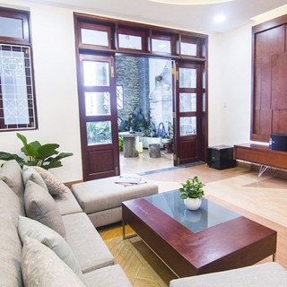 Sau khi cải tạo sửa chữa nhà, tông màu trắng sáng rộng kết hợp nội thất nâu gỗ tạo điểm nhấn nổi bật, sang trọng và ấm áp.