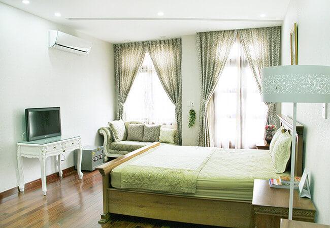 Phòng ngủ hiện đại mang hơi hướng theo phong cách cổ điển, sau khi sửa chữa cải tạo nhà này.
