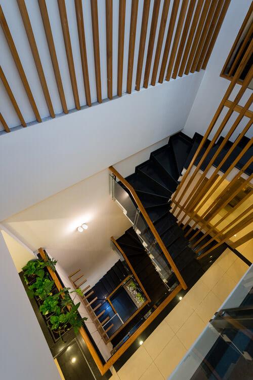 Không gian cầu thang, cũng là khoảng thông tầng, giúp không gian ngôi nhà luôn thông thoáng.
