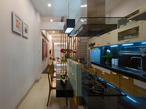 Trong mẫu thiết kế nhà ống nhỏ hẹp này, những phòng chức năng được bố trí nội thất trải dài theo diện tích của không gian, từ phòng khách thông sang phòng bếp
