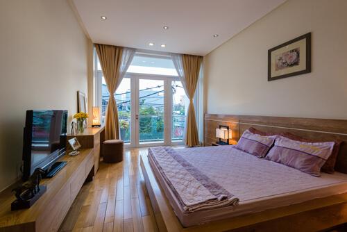 Mẫu thiết kế nhà ống này, thiết kế cửa sổ dài, rộng tăng tối đa lượng ánh sáng và thông gió cho căn phòng ngủ.