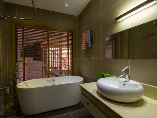 Phòng tắm trong mẫu thiết kế nhà ống nhỏ hẹp, nằm sâu bên trong cũng chỉ cần bố trí đèn tiết kiệm điện bởi tận dụng được ánh sáng từ cửa trước.