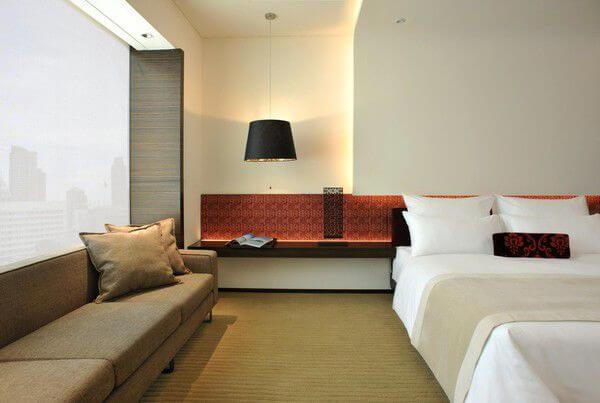 Táp đầu giường đồng thời là nơi lưu trữ đèn ngủ hoặc đồ trang trí, ấn tượng trong mẫu thiết kế nội thất nhà chung cư này.