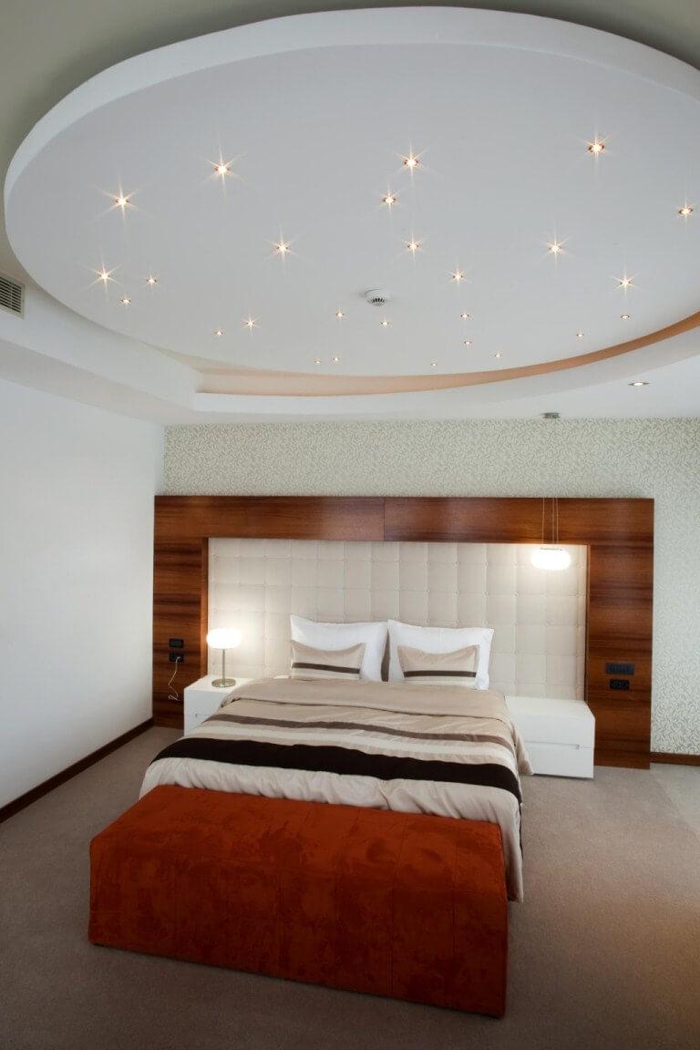 Phòng ngủ lấp lánh những vì sao, ấn tượng và độc đáo trong mẫu thiết kế trần thạch cao cho căn phòng này