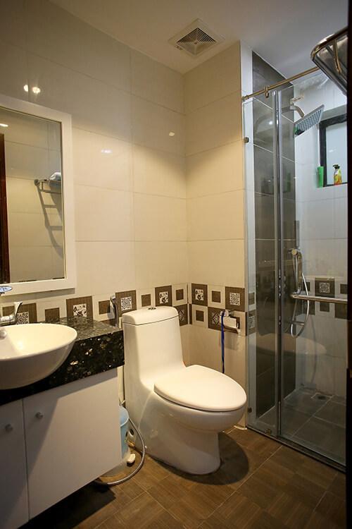 Cải tạo nhà chung cư, với phòng tắm nhỏ nhưng vẫn đầy đủ tiện nghi, hiện đại.