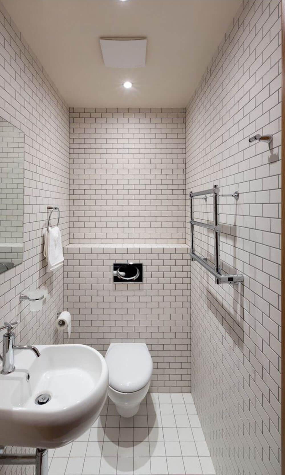Mẹo sửa nhà với phòng tắm được ốp, lát gạch, tông màu trắng, sạch sẽ, tạo cảm giác rộng rãi hơn.