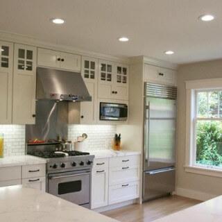 Phong thủy nhà bếp với những ô cửa sổ lớn giúp ánh sáng luôn ngập tràn phòng bếp tạo sinh khí cho gia đình.