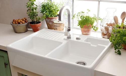 Theo như phong thủy nhà bếp, không nên để bồn rửa bát quá gần bếp nấu ăn.