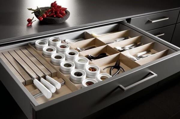 Dao kéo, dụng cụ làm bếp nên được để gọn gàng trên giá, trong ngăn kéo hay trong các dụng cụ chứa chuyên dụng để giúp gia đình luôn thuận hòa, theo phong thủy nhà bếp.