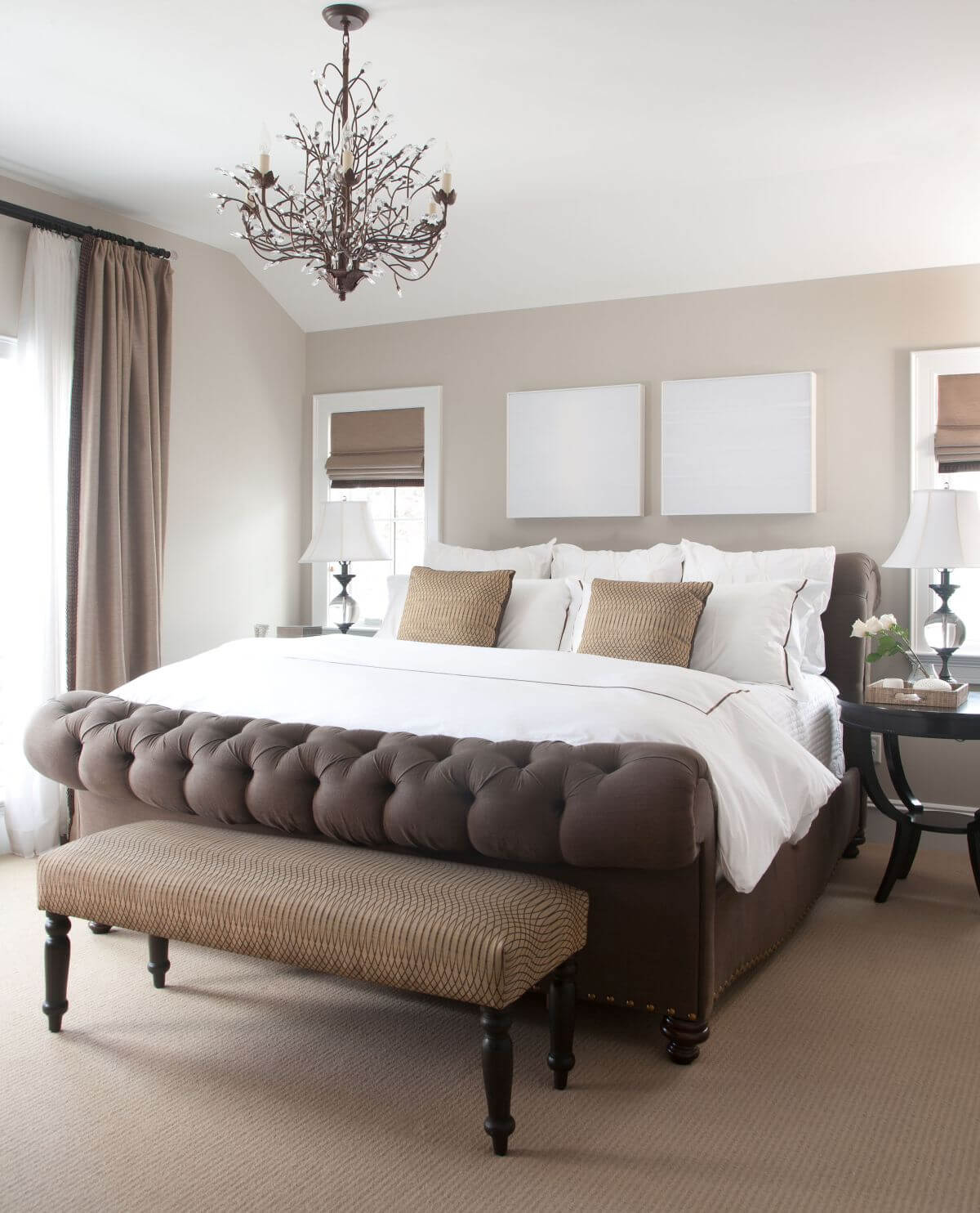 Sắc sơn nâu cho phòng ngủ, với tone nâu đậm hơn một chút thành màu socola nhưng nhờ được kết hợp với gam trắng mềm mại, phòng ngủ vẫn có được nét lãng mạn tinh tế.