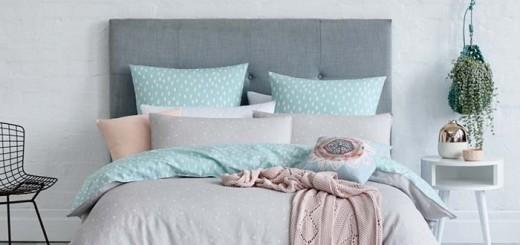 Phòng ngủ với chút hồng thạch anh, sơn nhà với nền tường xanh dương nhạt, kết hợp màu ghi chấm bi tạo thành một phòng ngủ rất đỗi dịu dàng.