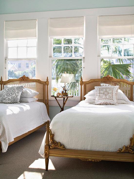 Không gian phòng ngủ sơn màu trắng chủ đạo, căn phòng tuy nhỏ vẫn thoải mái cho hai người.