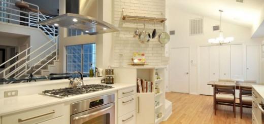 Nhà bếp này được thiết kế nội thất nhà bếp đẹp, kết hợp giữa truyền thống và hiện đại. Các bức tường và tủ được thiết kế theo phong cách truyền thống, trong khi đó các đồ nội thất rất sang trọng.