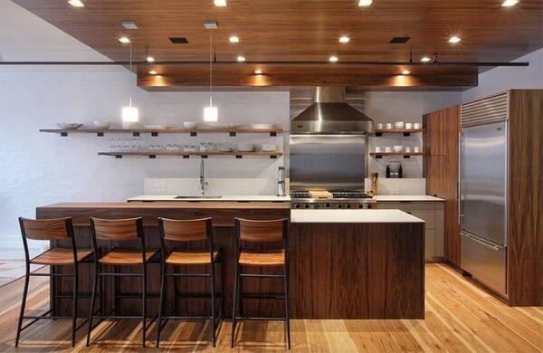 Thiết kế nội thất nhà bếp đẹp, với các đồ nội thất chủ yếu được làm bằng gỗ, thậm chí sàn nhà và trần nhà cũng được làm bằng gỗ. Điểm nổi bật của nhà bếp này là bức tường gạch màu trắng tạo nên sự tươi mới.