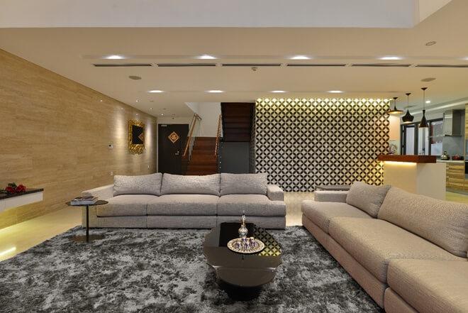 Không gian tiếp khách, tông màu vàng được tiết chế tạo sự chuyển tiếp êm dịu cho các vật liệu. Bộ sofa màu kem khiến không gian rất dễ chịu, trong mẫu thiết kế nội thất nhà chung cư 2 tầng này.
