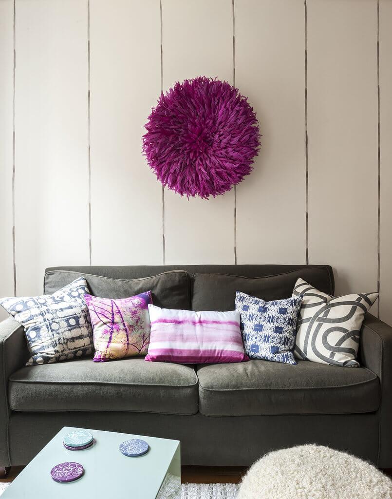Để tối đa hoá không gian, trong thiết kế nội thất nhà chung cư nhỏ này, chọn ghế sofa đơn giản và bàn cà phê nhỏ, tạo không gian thoáng rộng.