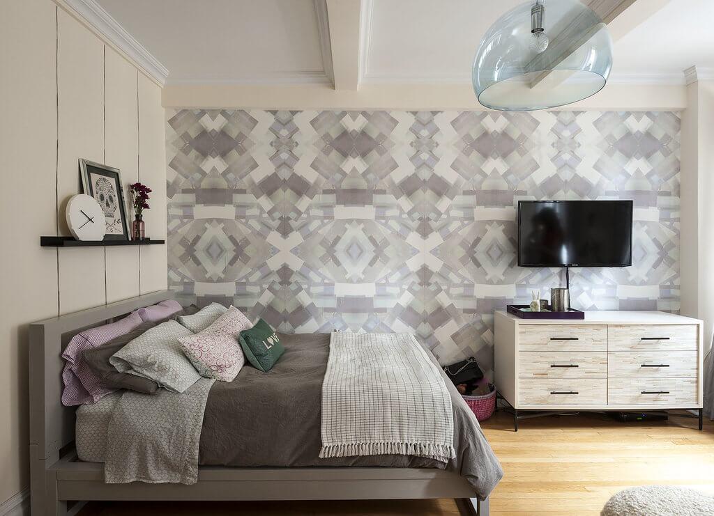 Trong căn phòng ngủ này, chiếc giường được đặt sát vào góc và gắn một kệ trên giường thay vì một bàn cạnh giường ngủ, nội thất tối giản trong mẫu thiết kế nội thất nhà chung cư nhỏ này.