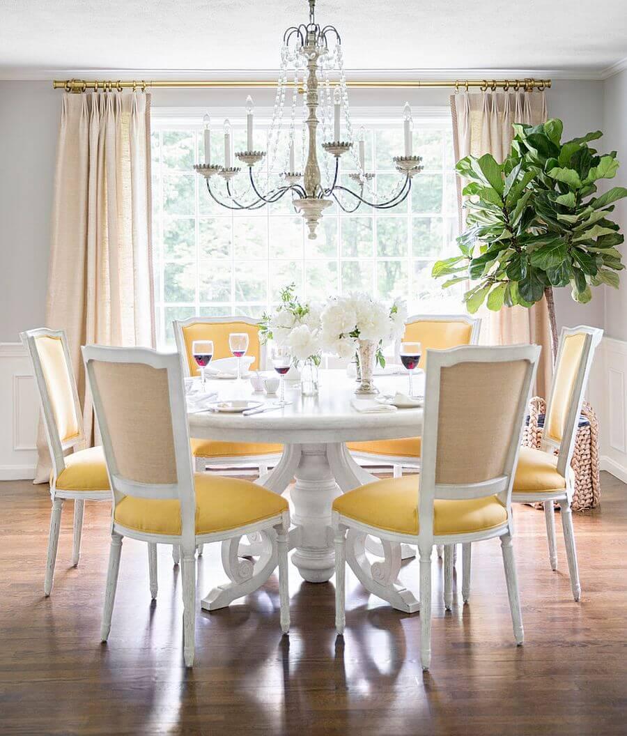 Thiết kế nội thất phòng ăn đẹp, tường màu tráng, xám nhạt, bàn ăn dạng bàn tròn, đèn chùm với họa tiết hình những viên kim cương, tạo nên nét sang trọng cho căn phòng.