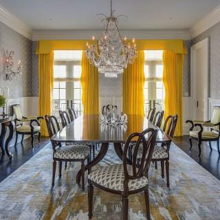 Thiết kế nội thất phòng ăn đẹp với rèm màu vàng sáng tạo điểm nhấn cho phòng ăn màu trắng, xám.