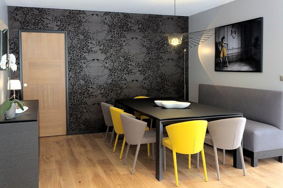 Phòng ăn hiện đại với bức tường sử dụng tông màu trắng xám. Bộ ghế tựa nhỏ cho bàn ăn được đan xen vàng và xám, tạo cảm giác tươi vui cho không gian phòng ăn.