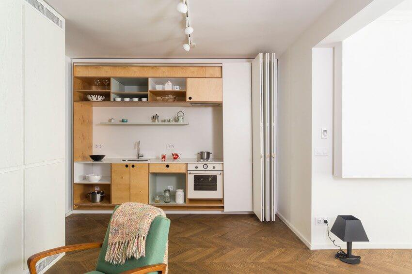 Cải tạo nhà với khu bếp được thiết kế thêm một cửa xếp màu trắng cùng màu với tường, có thể kéo kín lại nếu không sử dụng
