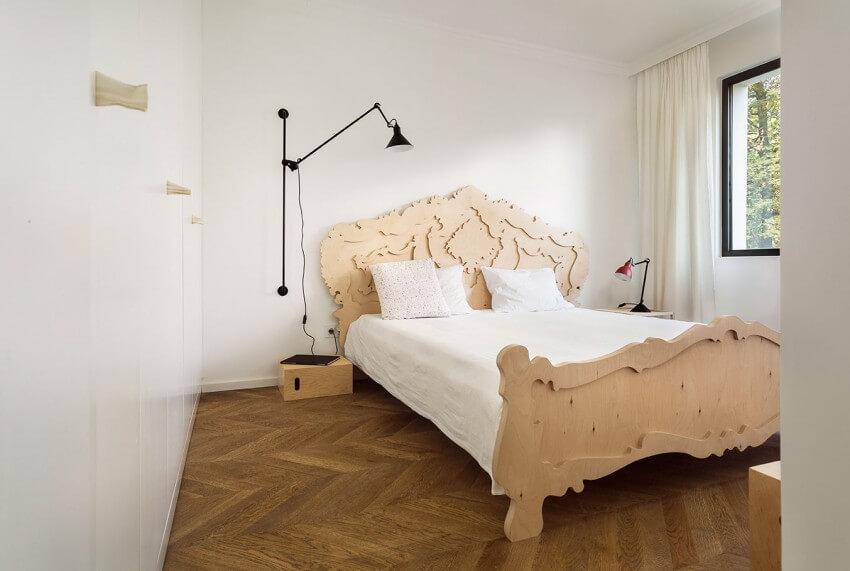 Phòng ngủ sau cải tạo nhà, nhỏ gọn với gam màu trắng, điểm nhấn của căn phòng này là chiếc giường làm bằng gỗ và được chạm khắc hoa văn uốn lượn tinh tế, khiến cho chiếc giường trở nên mềm mại và êm ái hơn.
