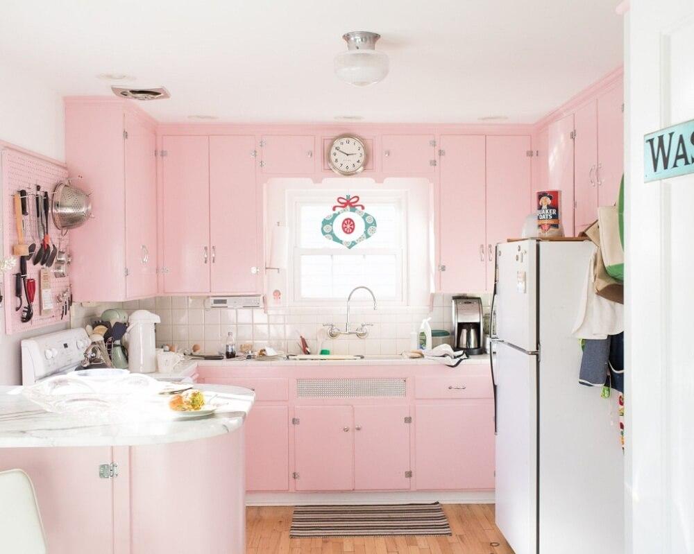 Mẫu nhà bếp đẹp với sắc hồng nữ tính bạn có đầy ắp những lựa chọn khác nhau để phủ không gian nhà bếp của mình với tông màu đại diện cho phái yếu này.