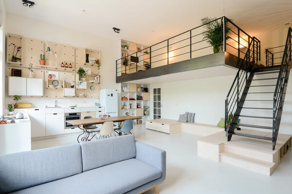 Tầng lửng trong căn hộ này rất đáng để tham khảo đấy. Nó vừa đủ rộng để các thành viên trong gia đình có không gian riêng thật thoải mái mà vẫn đảm bảo được sự kết nối của cả nhà, trong mẫu nhà đẹp này.