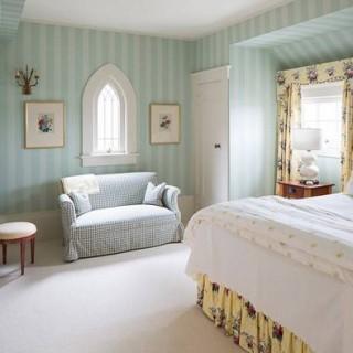 Mẹo sơn phòng ngủ trần thấp trở nên cao hơn với xanh dương, trắng kẻ sọc, tạo cảm giác cao và thoáng đãng hơn.