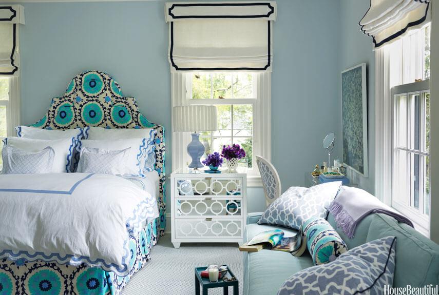 Màu tím lavender bỗng trở nên tinh tế hơn khi kết hợp với xanh lam trong phòng ngủ. Phòng ngủ sơn màu này rất nữ tính nhưng không quá điệu đà.