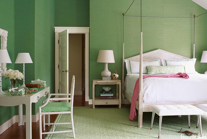 Sự kết hợp sơn phòng ngủ và nội thất ăn ý giữa sắc trắng và xanh giúp mang lại một vẻ tươi mát và dễ chịu cho phòng ngủ của gia đình.