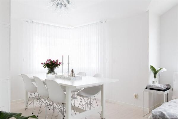 Màu trắng tinh khiết được sử dụng phần lớn trong khu vực bếp ăn. Bộ bàn ăn thanh lịch, thiết kế độc đáo đồng bộ với sắc màu chủ đạo trong mẫu thiết kế nội thất nhà chung cư này.