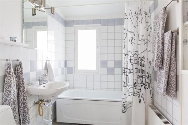 Nhà tắm trong mẫu thiết kế nhà chung cư này hoàn toàn phù hợp với tiêu chí tắm và thư giãn. Căn phòng cũng được phối hợp với phong cách hiện đại theo tổng thể của cả căn hộ.