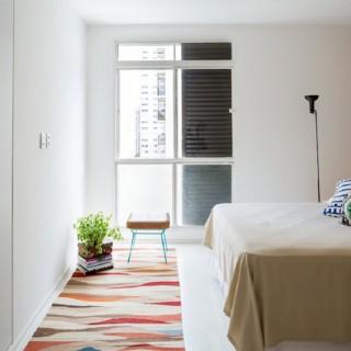 Bên cạnh những mảng tường gạch và bê tông ấn tượng, lối kết hợp ăn ý giữa truyền thống và hiện đại, căn hộ cũng tạo ra những điểm nhấn thú vị trong mỗi không gian, trong mẫu thiết kế nhà chung cư này.