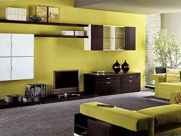 Màu sơn phòng khách vàng chanh kết hợp với những món nội thất tone đen thế này khiến không gian phòng khách trở nên vô cùng ấn tượng.